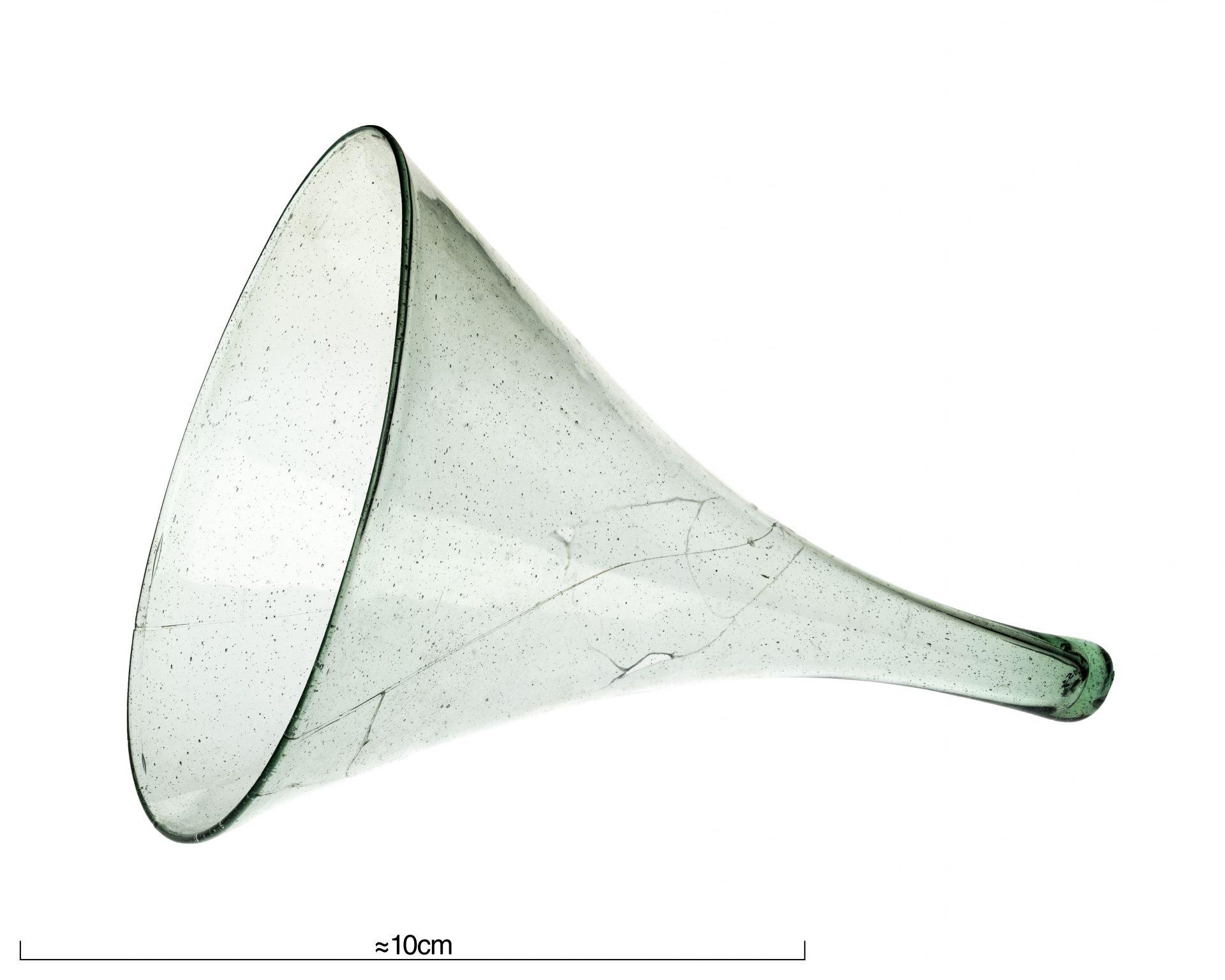 Foto av glasbägare formad som en tratt
