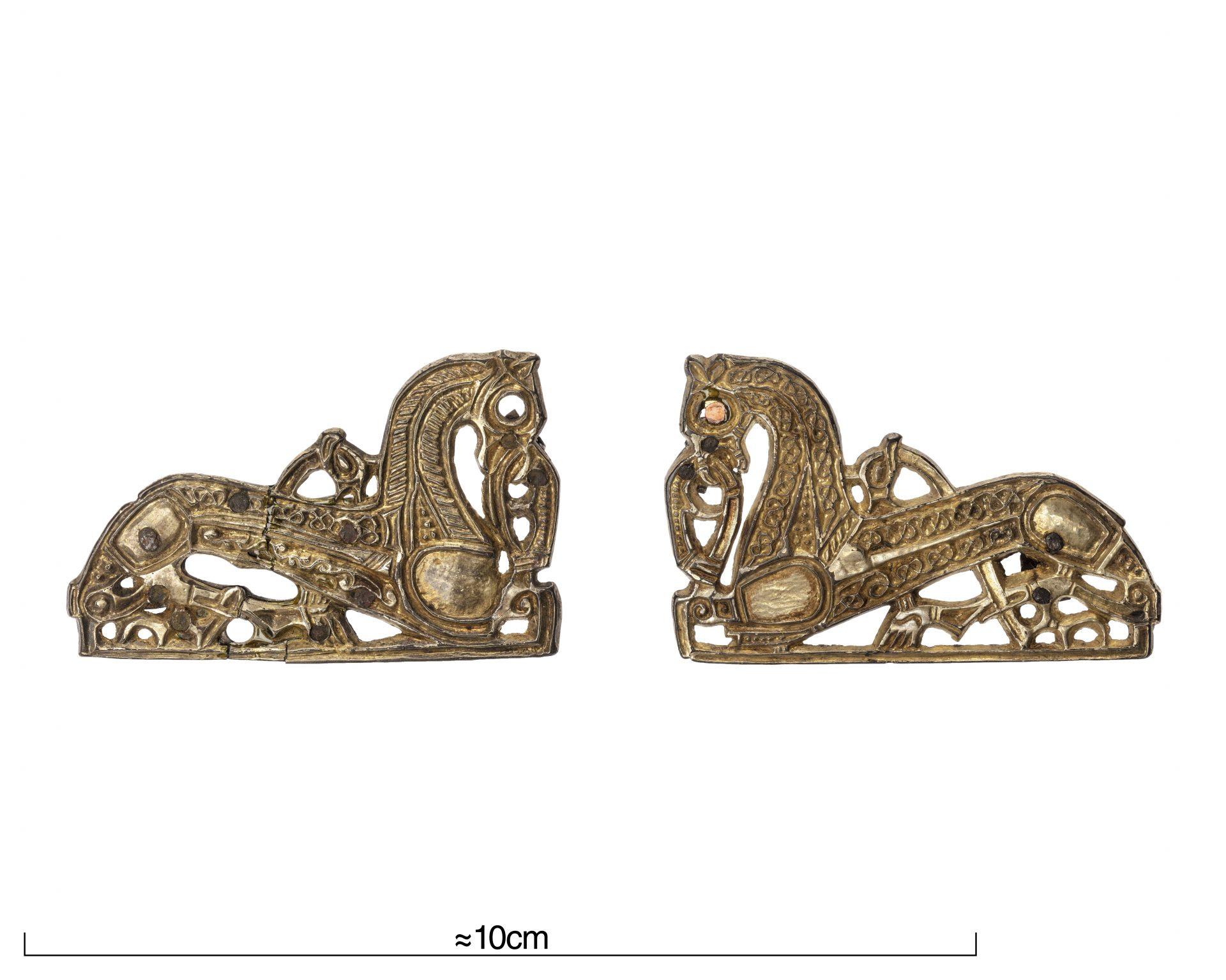 Foto av två spännen formade som hästar