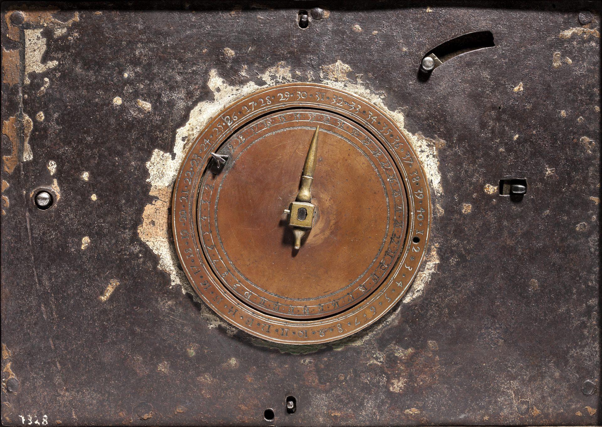 Framsidan av ett detonationsurverk. I mitten en urtavla med en visare. Runt kanten siffrorna 1 till 40.