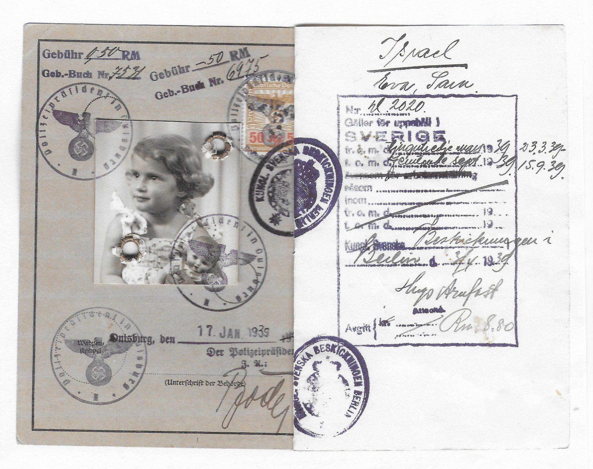 Pass tillhörande Eva Lacerof. Passet är stämplat med utresetillstånd från Tyskland till Sverige.