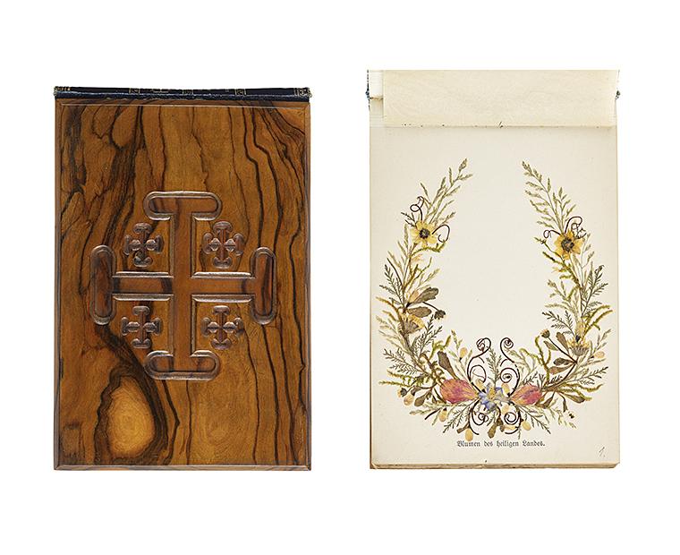Till vänster en träpärm med kors på och till höger en sida ur boken, som innehåller pressade blommor.
