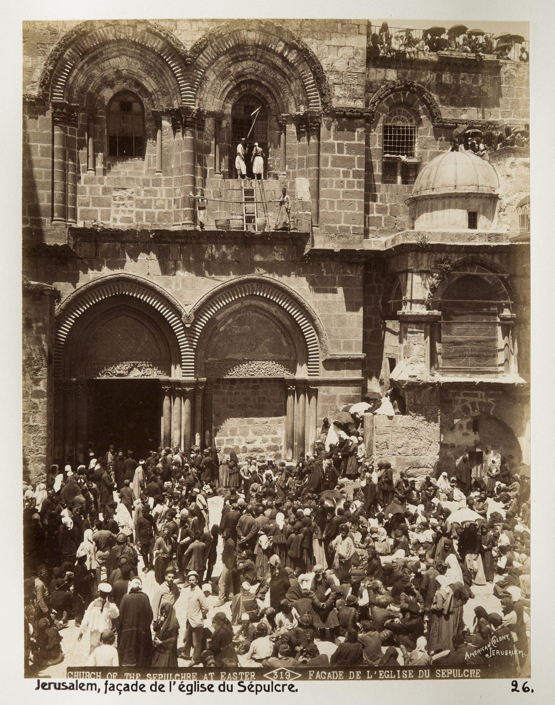 Massor av människor som trängs framför en kyrka.