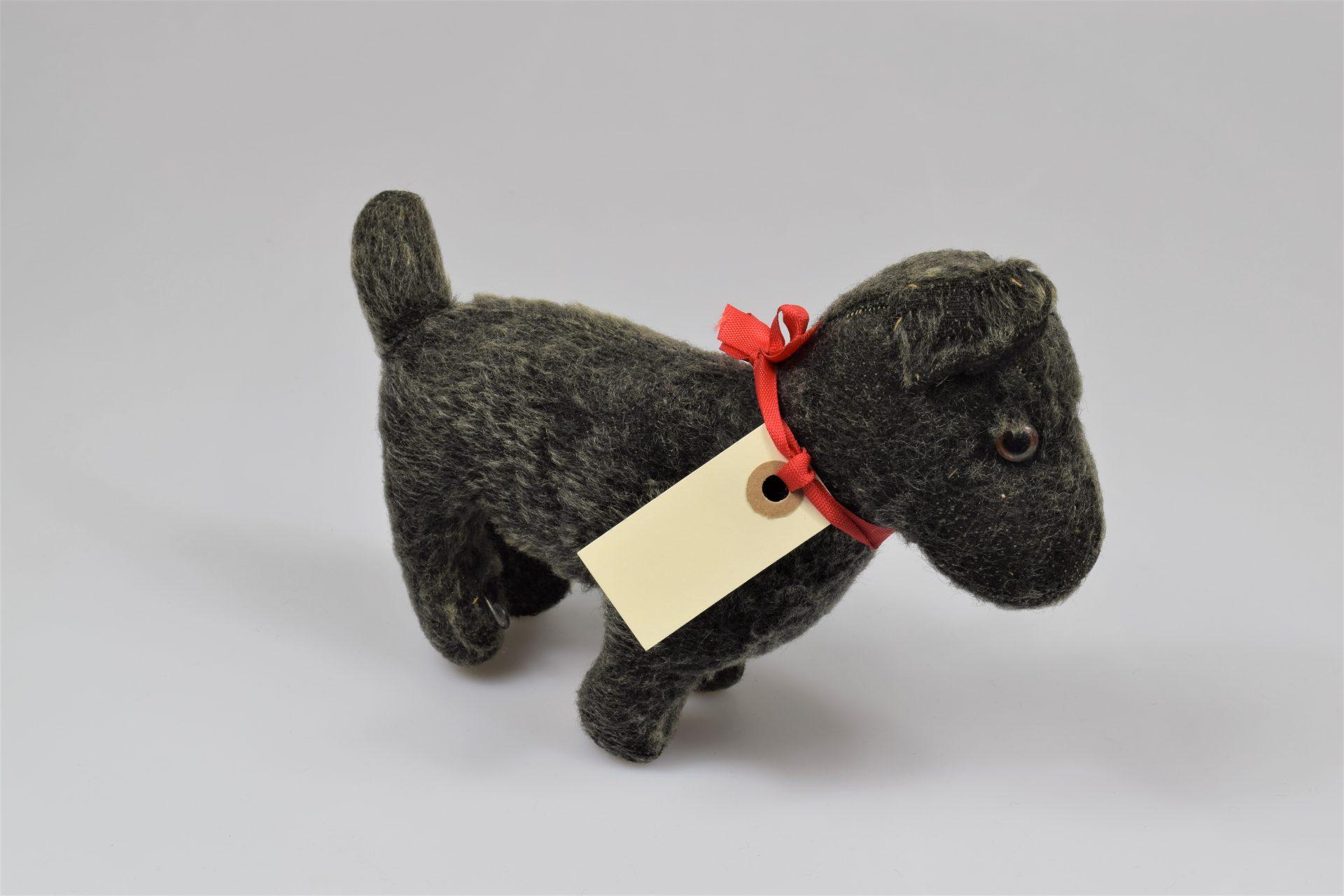 En leksakshund av tyg.