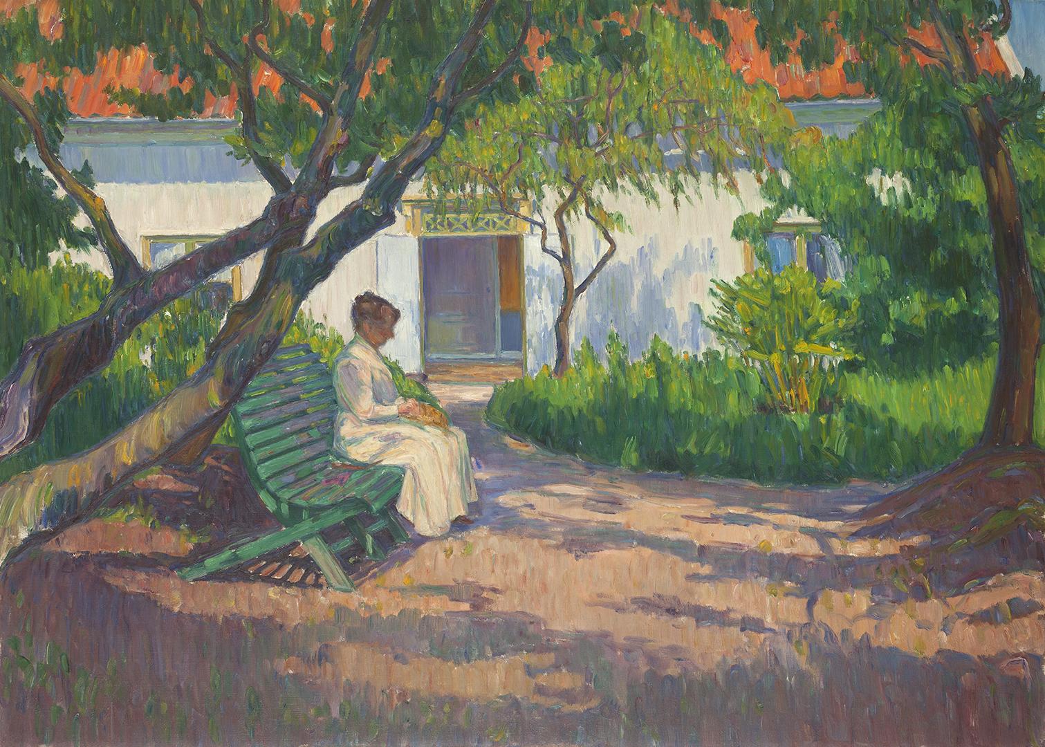 Målningen visar en vitklädd kvinna som sitter på en bänk i en lummig trädgård. I bakgrunden ett hus med öppen dörr.
