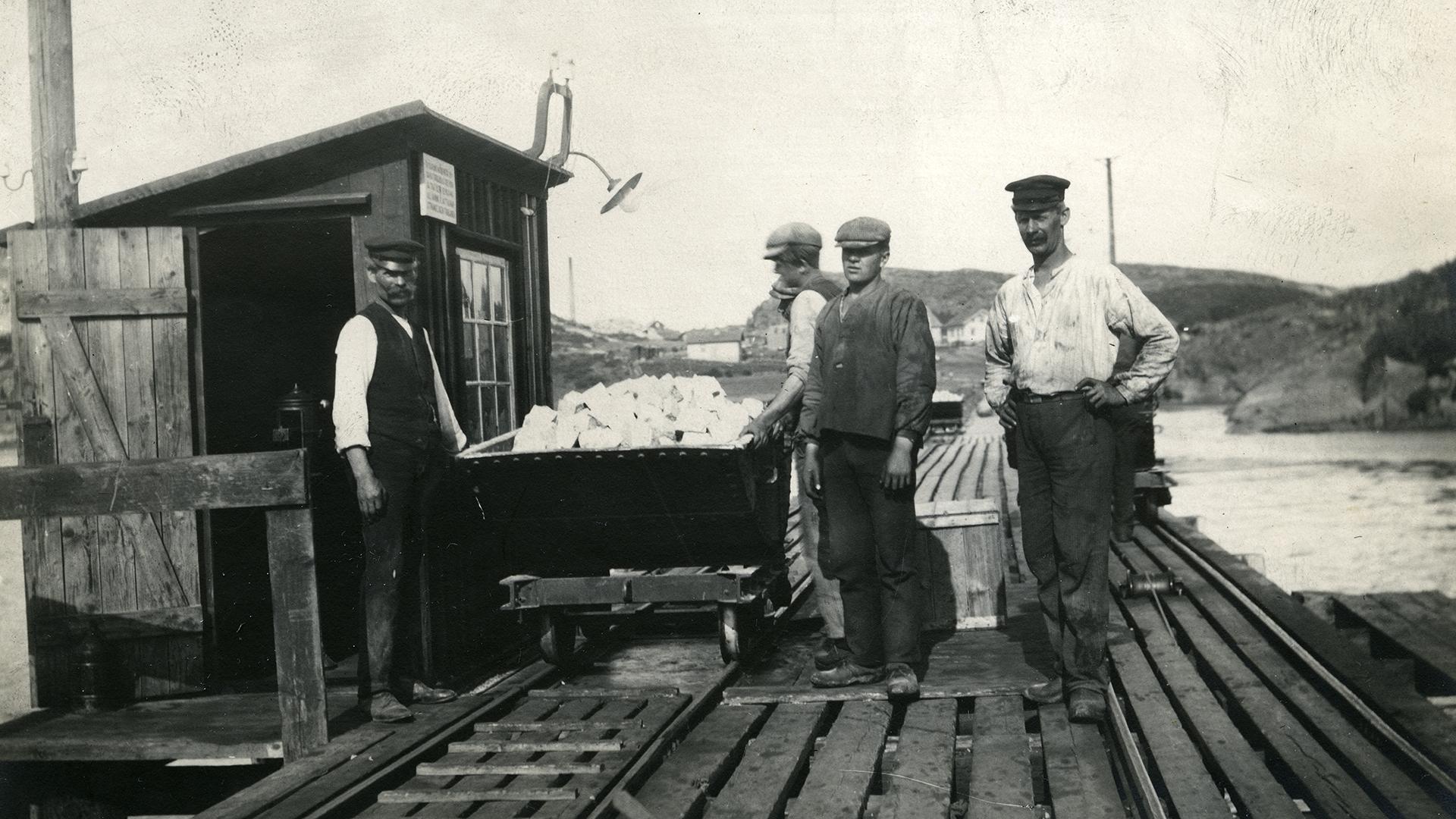 Bild av stenarbetare med en vagn full med gatsten.