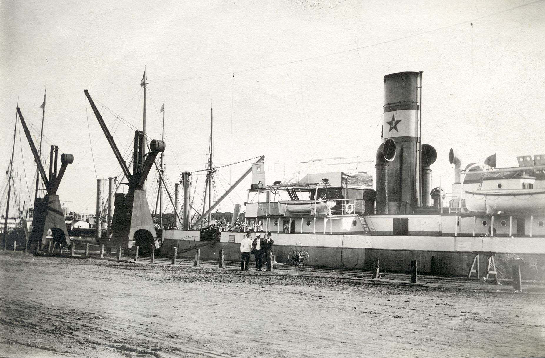 Bild av ångfartyg vid kajen i Buenos Aires.
