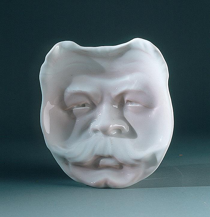 En askkopp med mustaschprytt ansikte.
