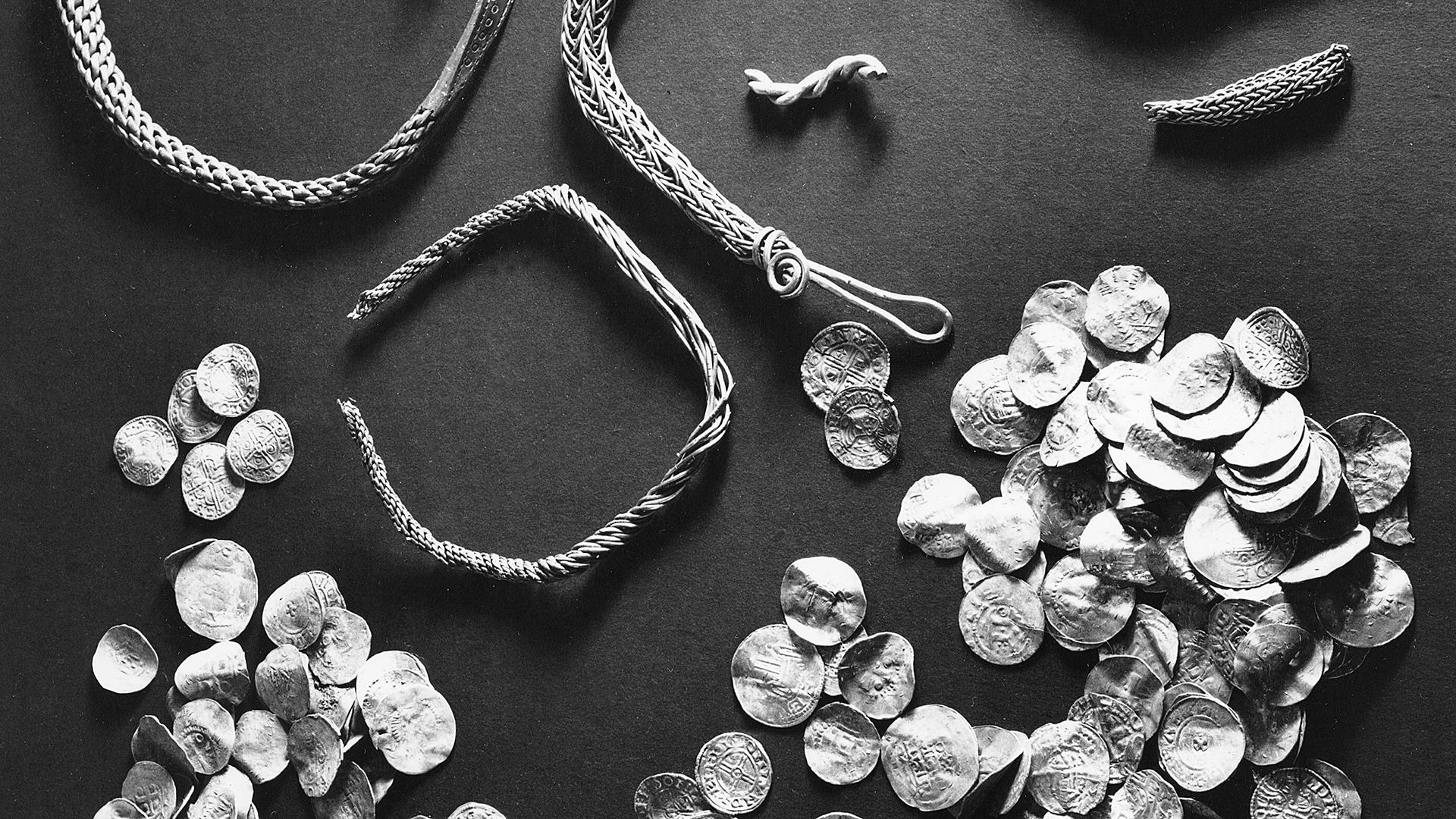 Närbild av smycken och mynt ur Sandaskatten.