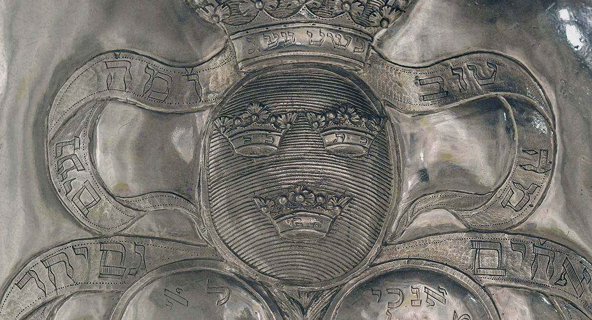 Detaljbild av en Torahsköld.