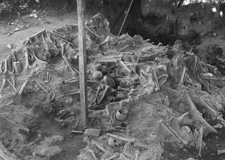 Gammalt fotografi över en av massgravarna på Korsbetningen.