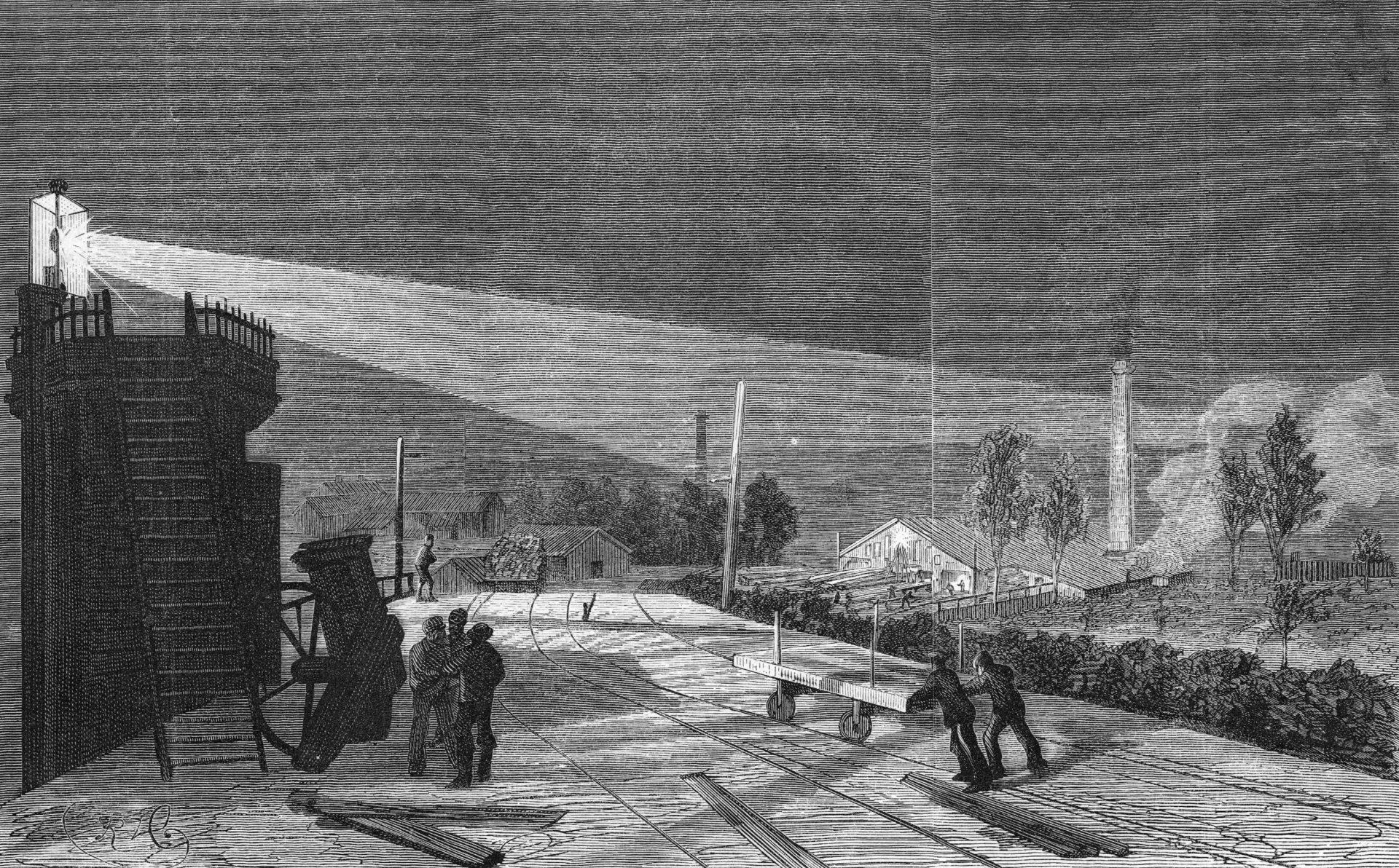 Teckning av sågverket i Näs när det var upplyst med bågljuslampor. Två män knuffar en vagn. Tre män pratar.