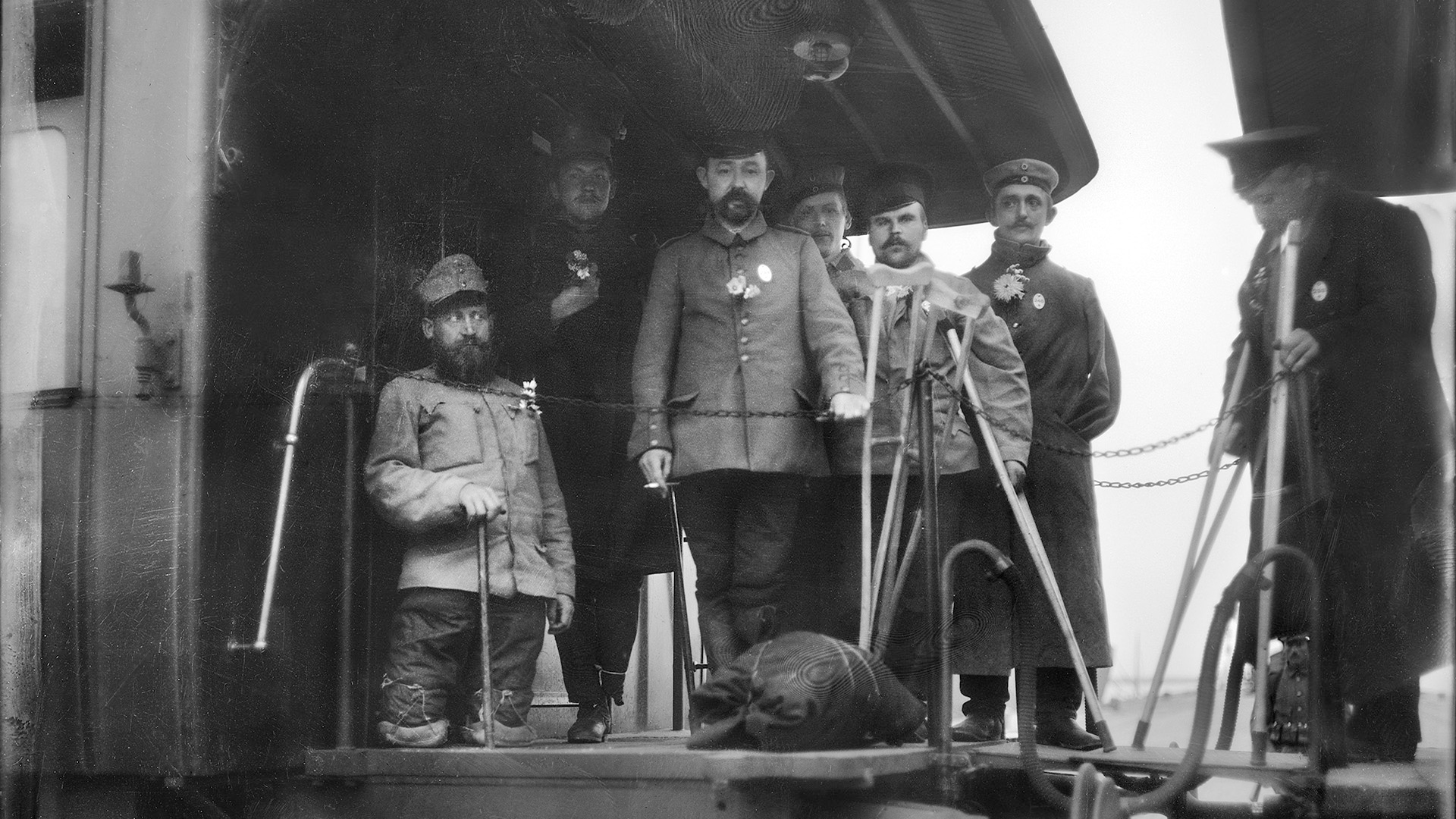 Skadade krigsfångar på ett tåg.