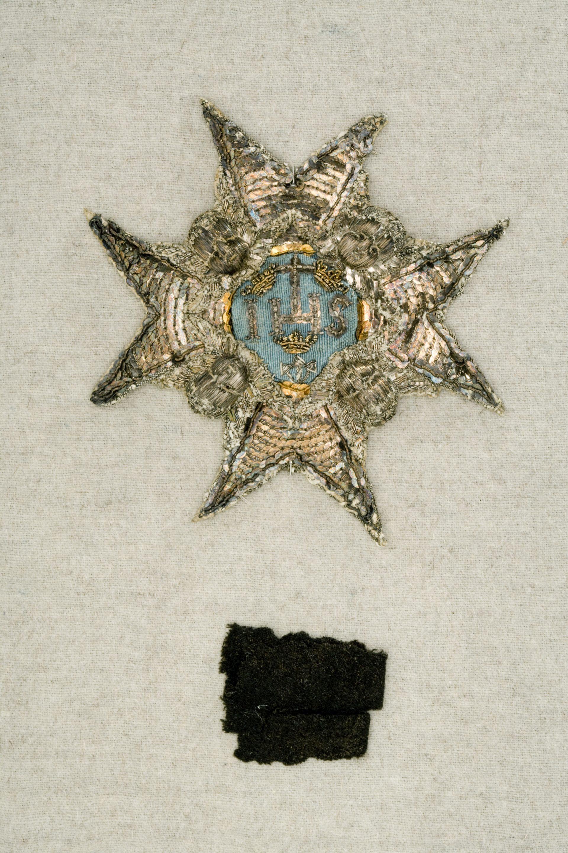 En stjärna av silvertråd och paljetter och en liten bit svart tyg.