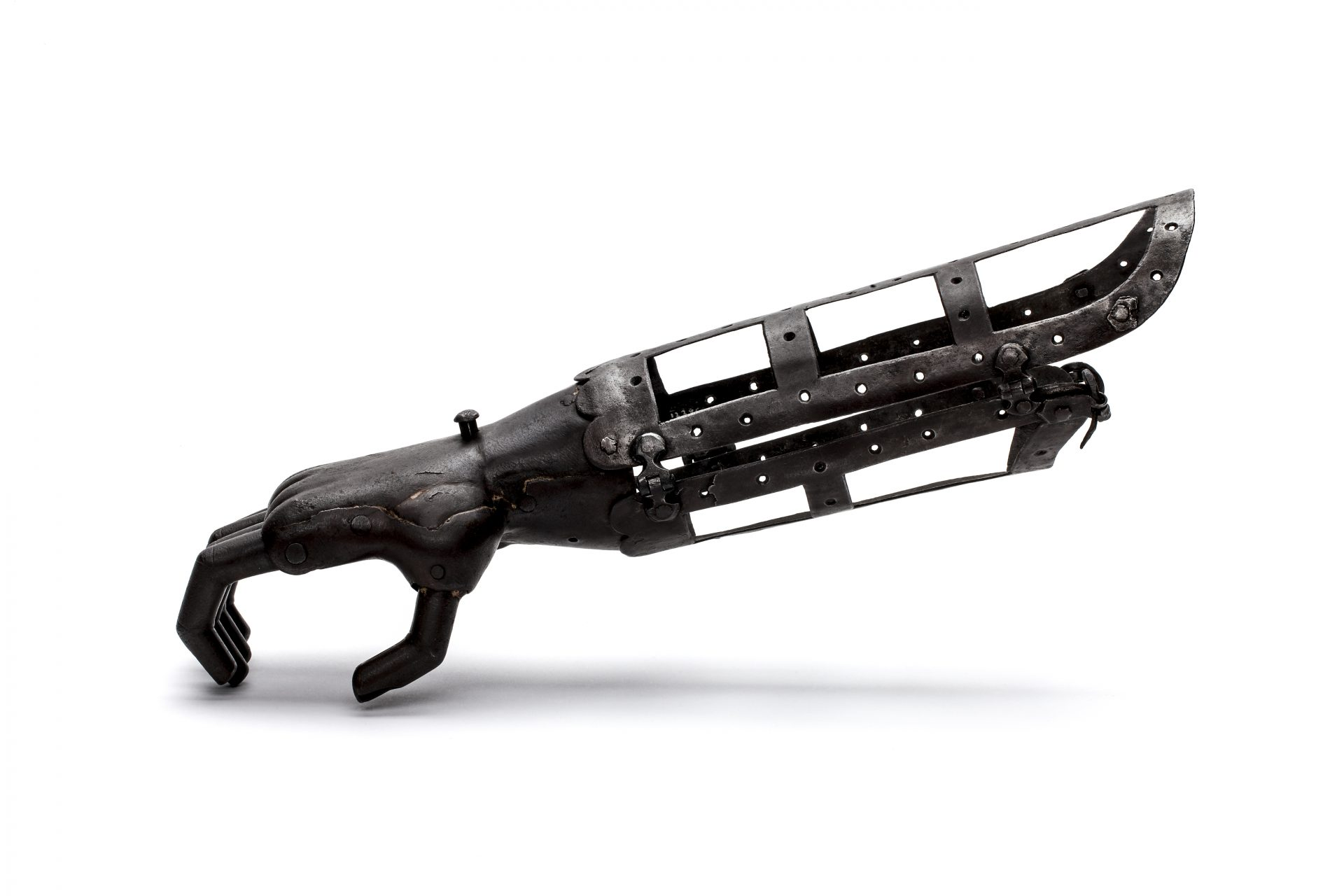 Järnprotesen, sedd från sidan med handen i ett klogrepp.