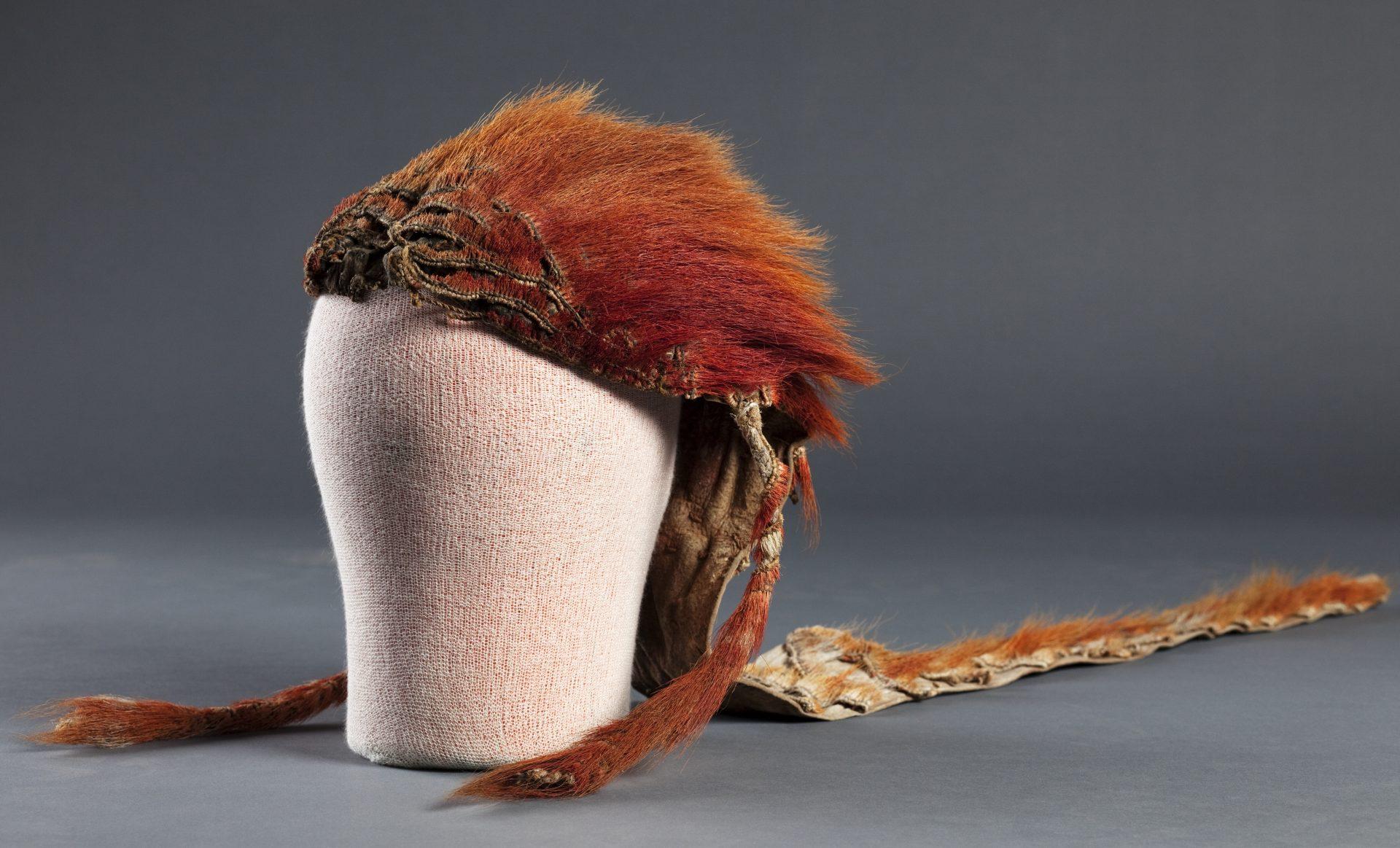 En huvudbonad av röd päls.