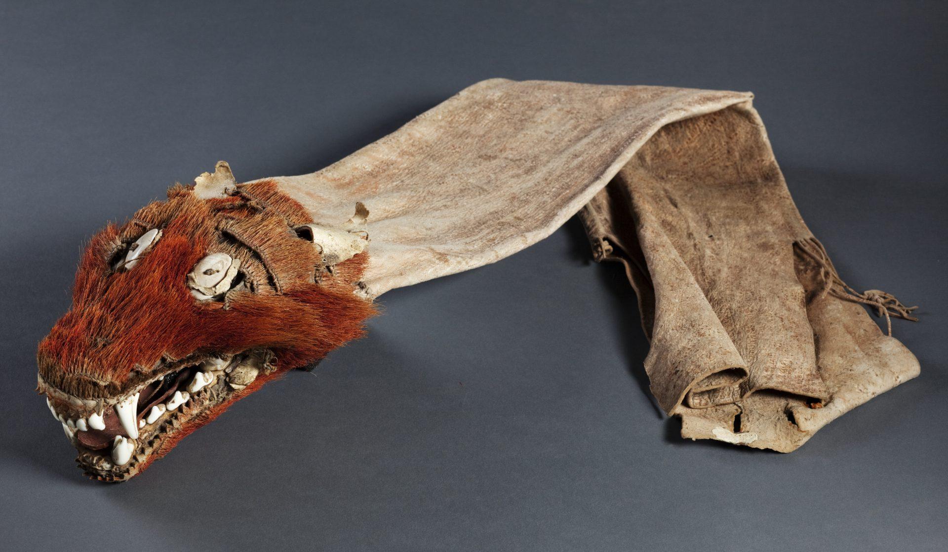 Ett pilkoger med dekoration i form av ett djurhuvud.