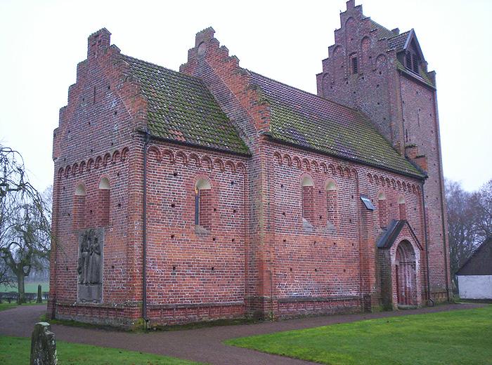 En kyrka byggd av tegel. Gavlarna är trappstegsformade.