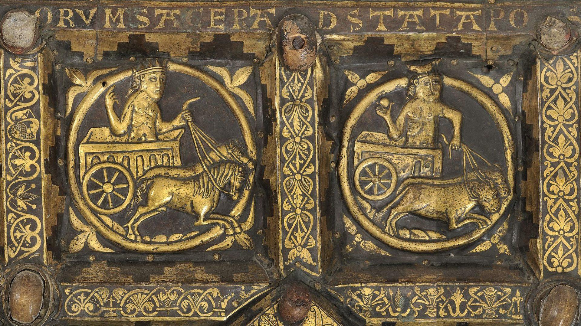 Detalj av Broddetorpsaltaret föreställande solen och månen i form av två människor i vagnar.