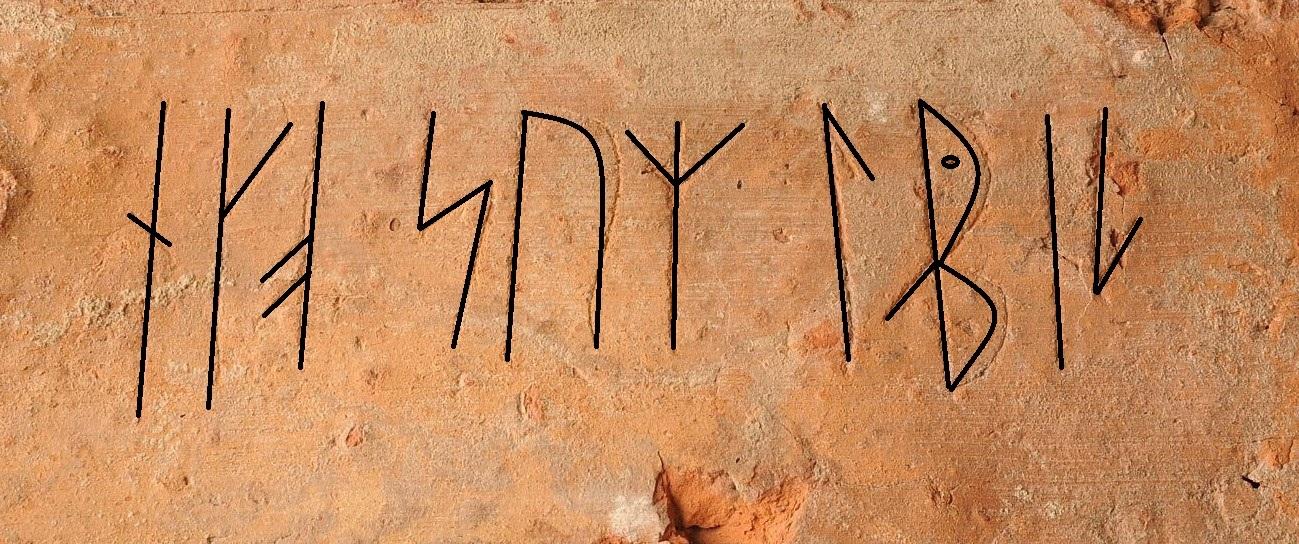 """Detaljbild av en tegelsten med runor. Runorna bildar orden """"eko sum labiz""""."""