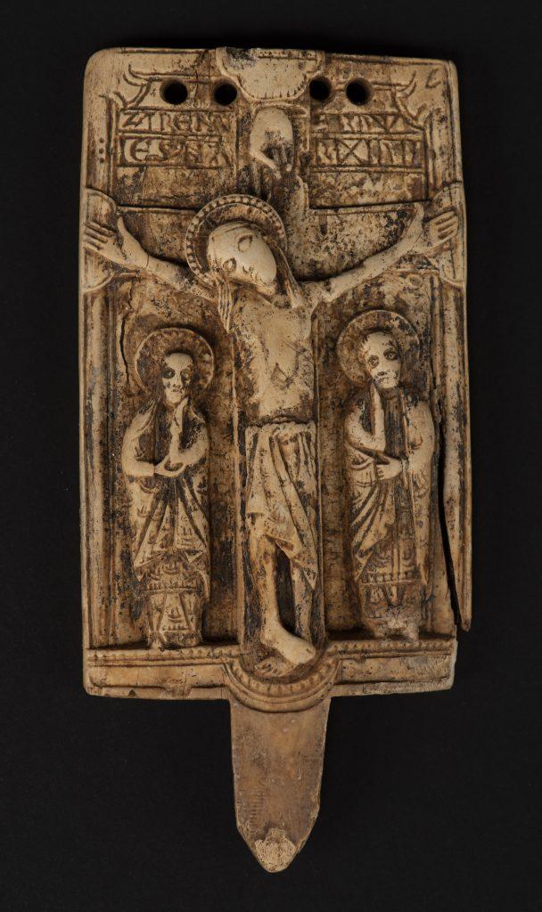 Foto av relieftavla med Jesus på korset. Föremålet är tillverkat av valrossben