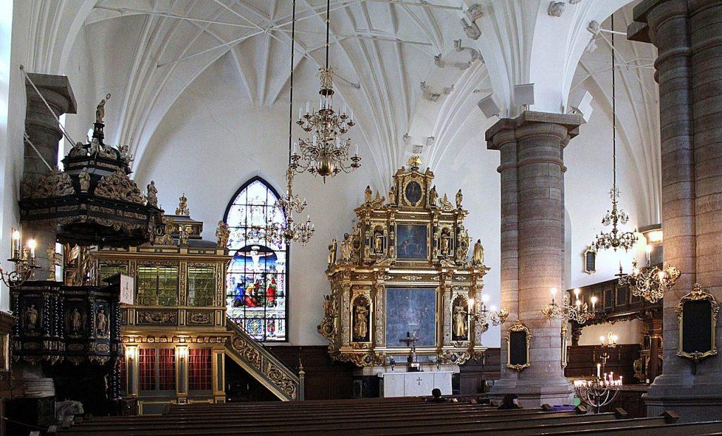 Interiörbild av den rikt dekorerade Tyska kyrkan i Stockholm.