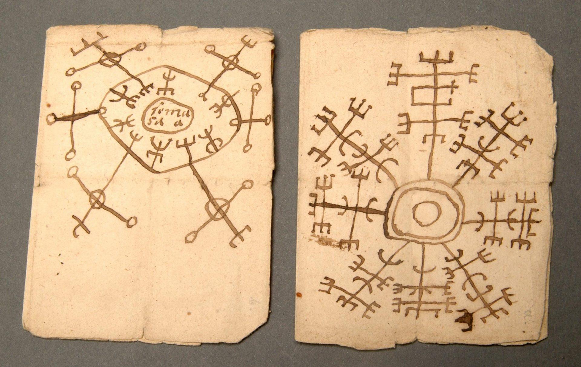 Två blad ur en bok om trollformler.