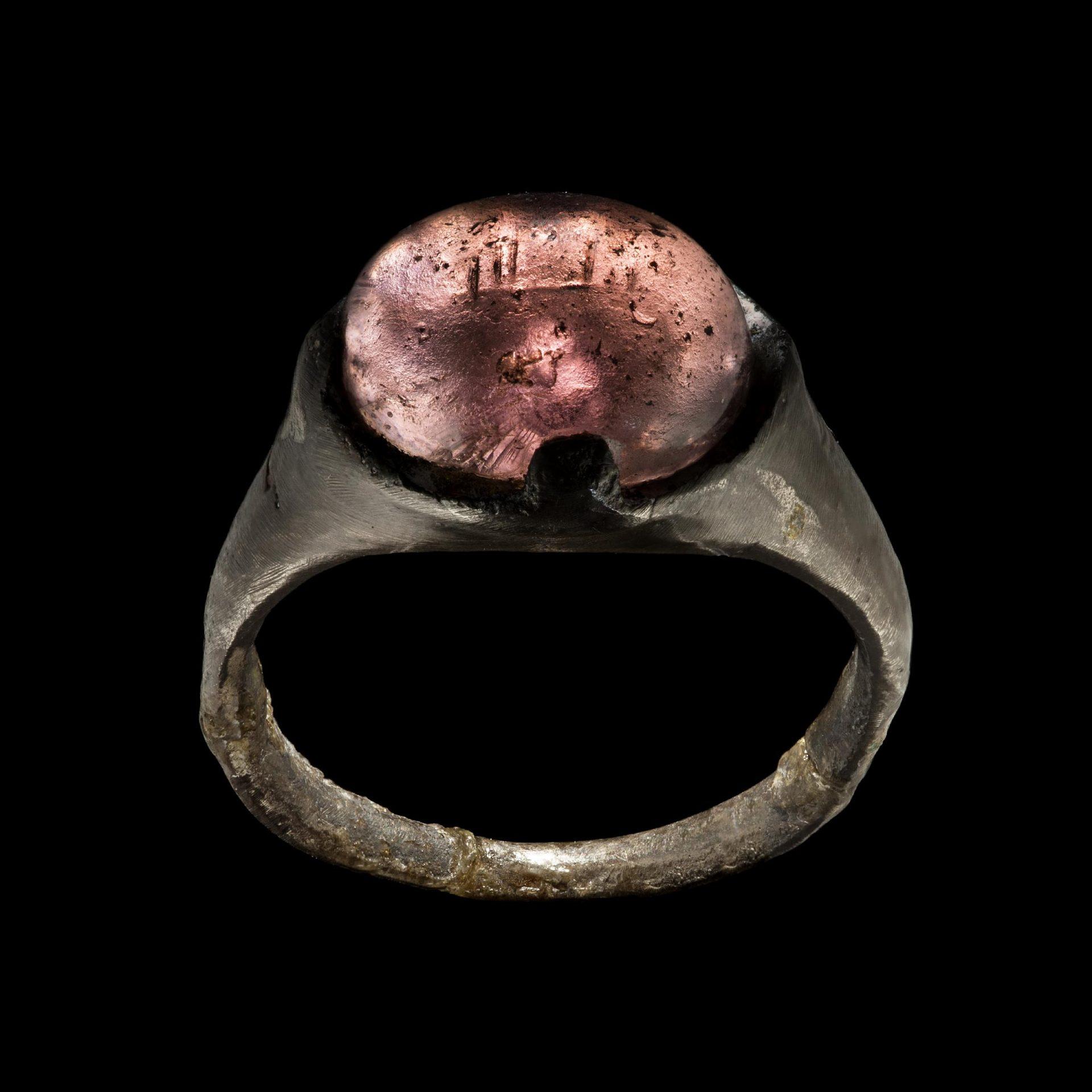 En ring med en röd sten i.