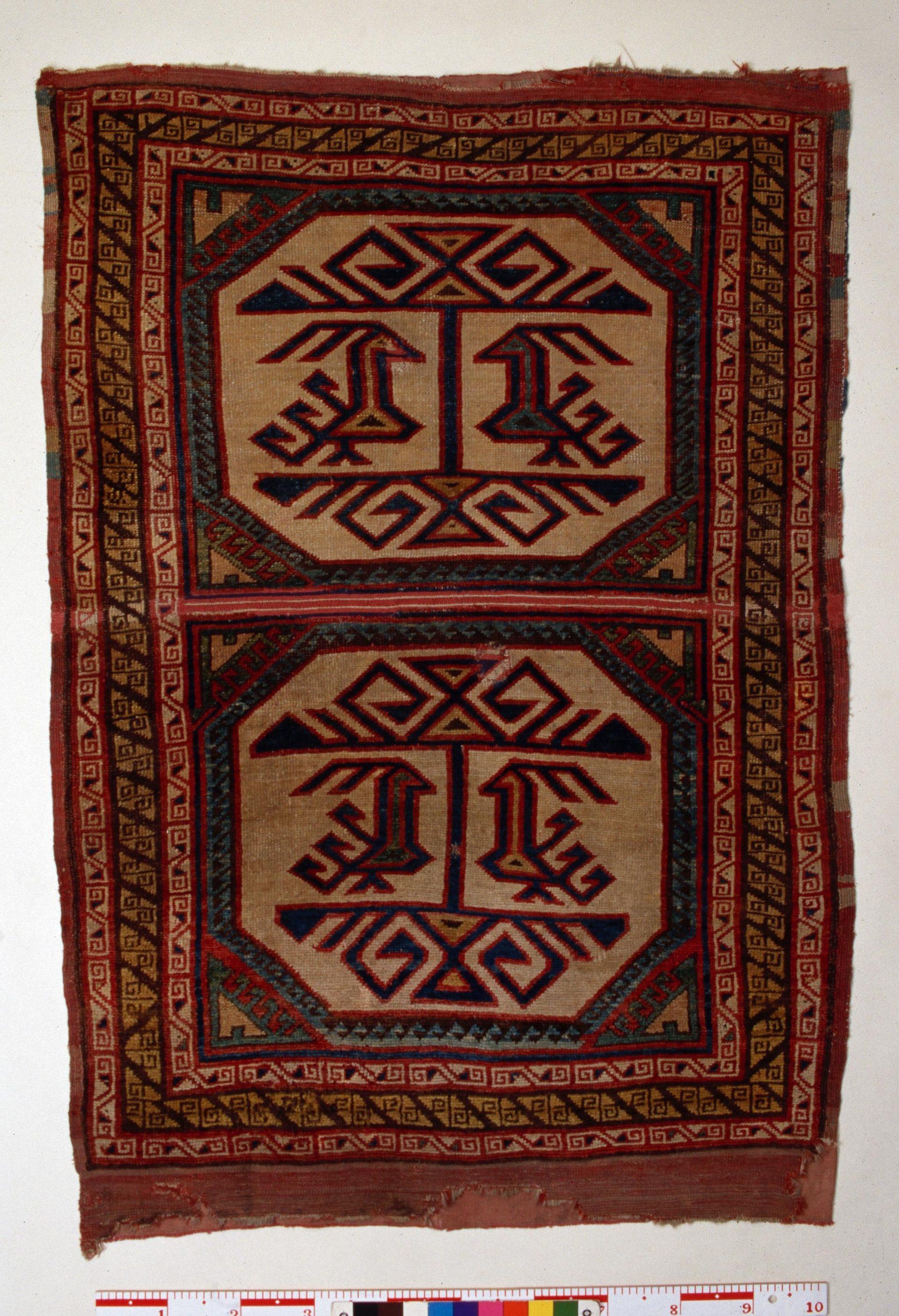 En knuten matta med geometriskt mönster.