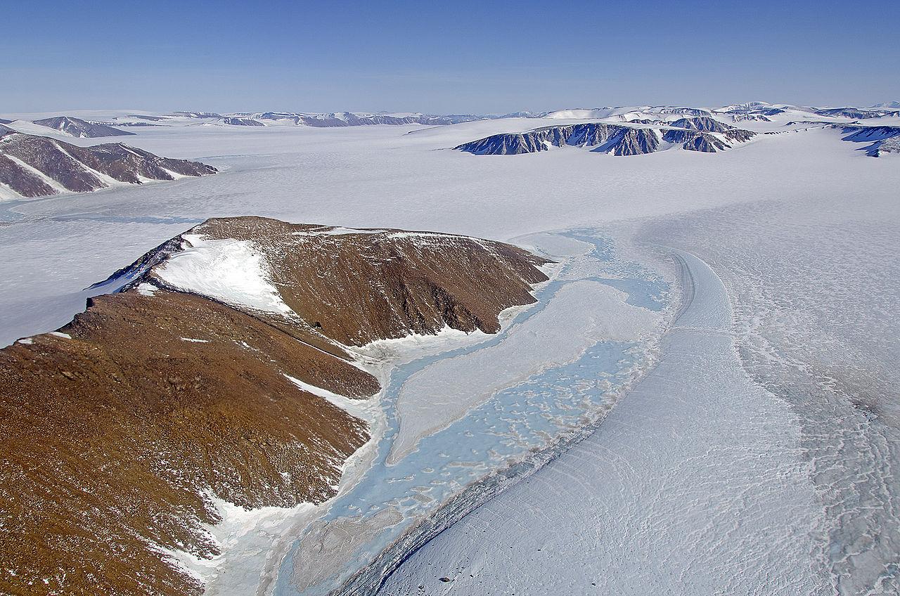 Ett landskap med snö och kala klippor.