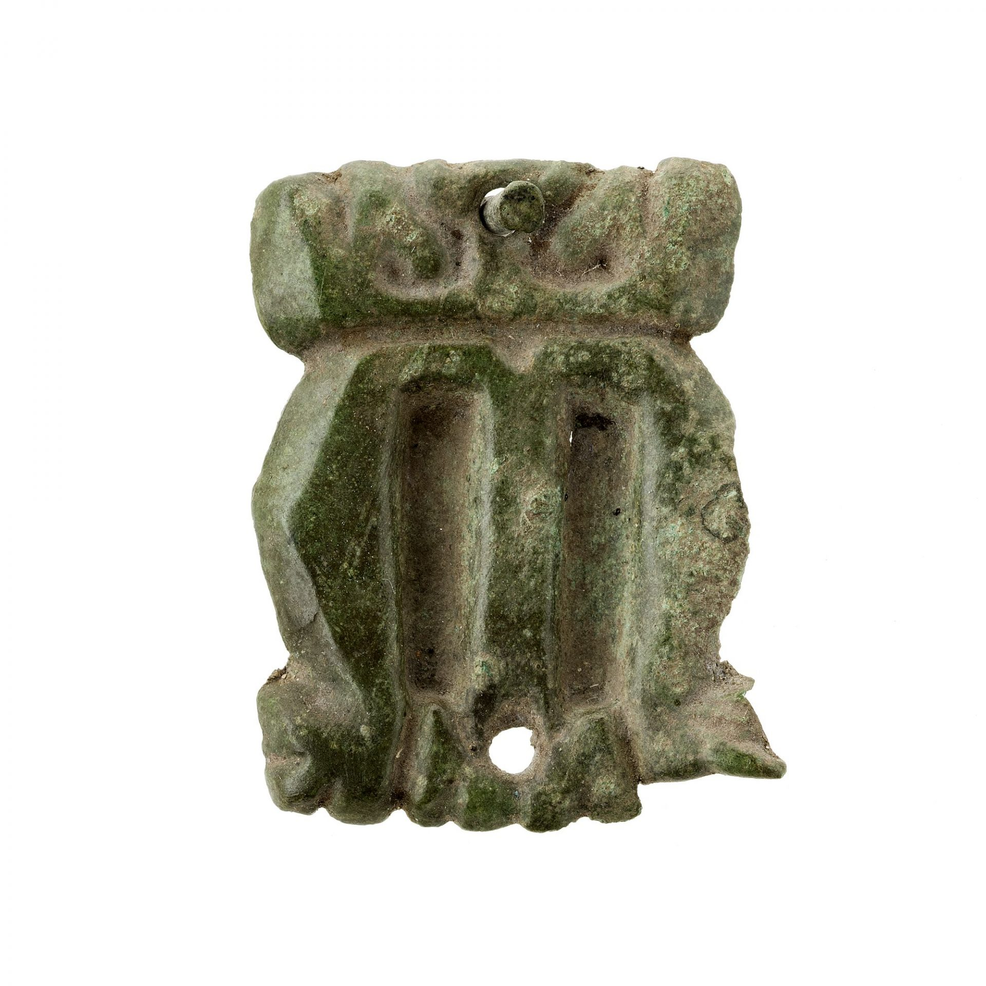 Ett metallbeslag i form av bokstaven M. Överst och nederst finns hål. i övre hålet sitter en spik.