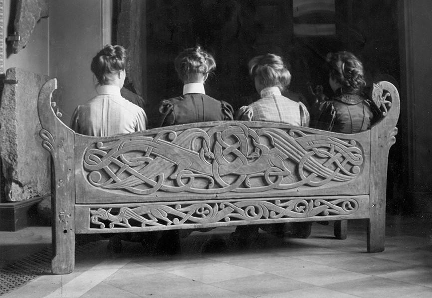 Fyra damer på en bänk.