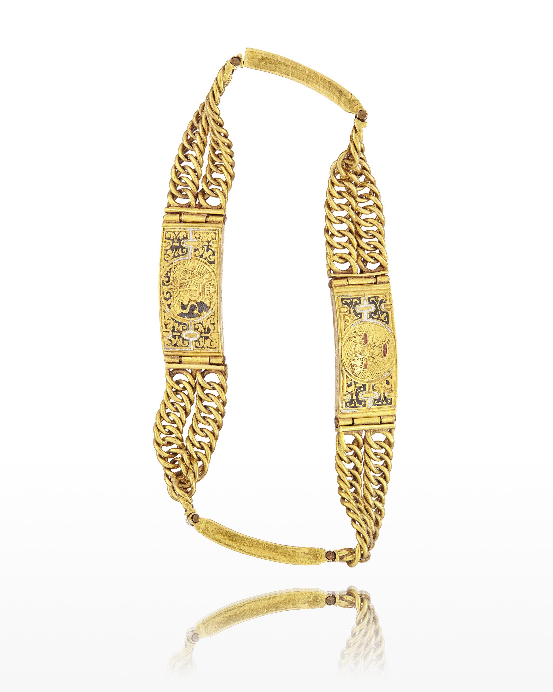 Guldarmband med kedjor och plattor med dekor av emalj.