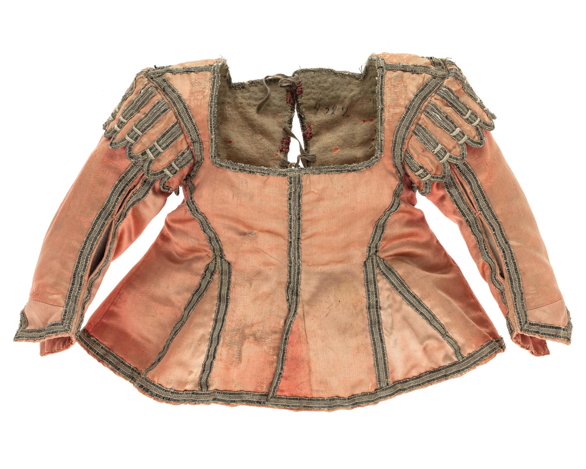 Tröja, som mer ser ut som en modern jacka, i rosa siden med kanter av silver.