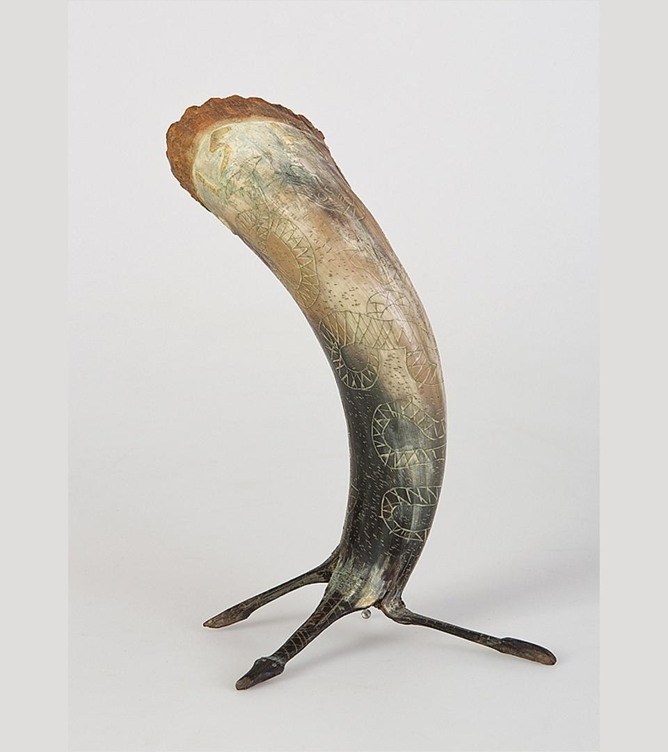 Kohorn som står på tre ben med spetsen nedåt. Runt överkanten en rödaktig rand.