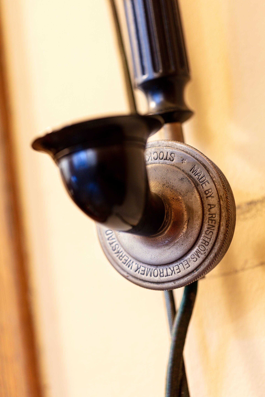 Taldelen av en telefonlur till en gammal telefon. Den är gjord av svart bakelit.