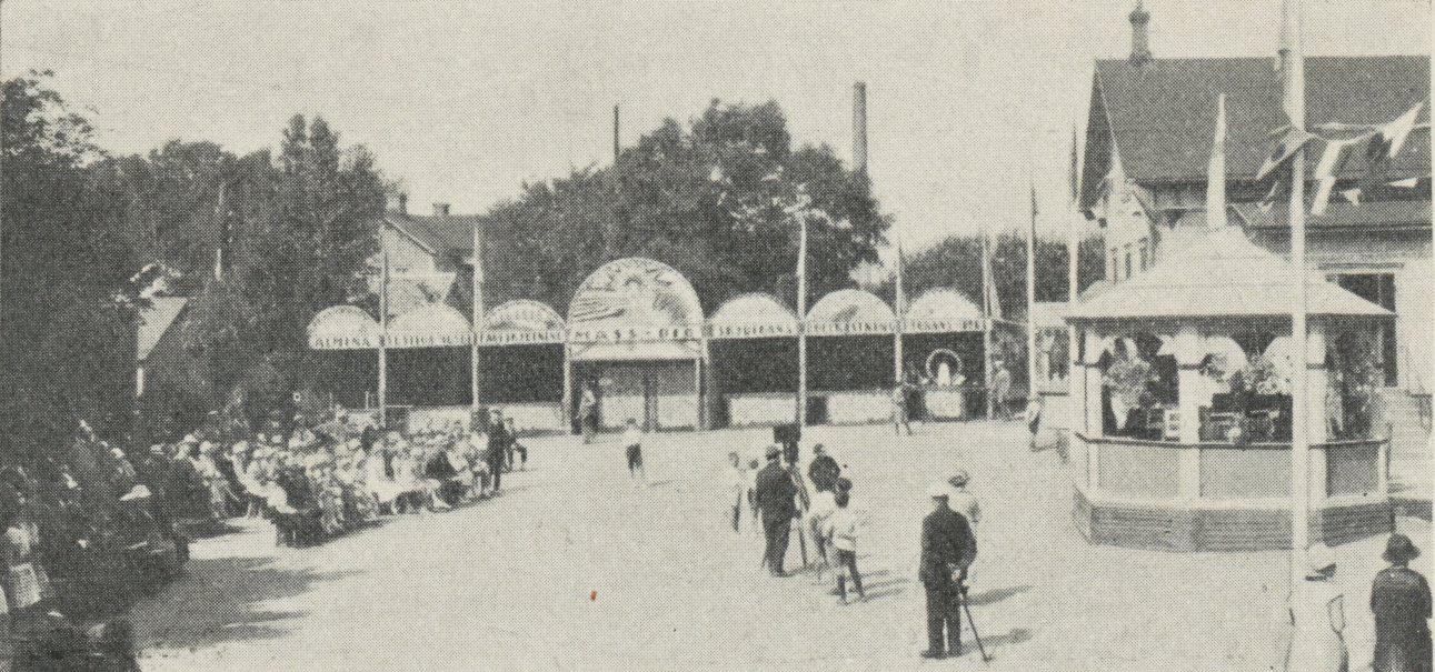 Utställningsområdet i Varberg med människor som står och går omkring.