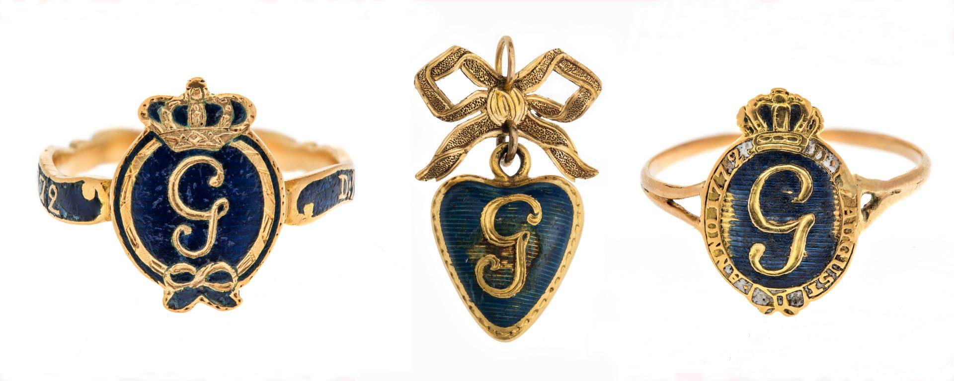 Två guldringar och ett hjärtformat hänge med kung Gustav III:s namnchiffer.