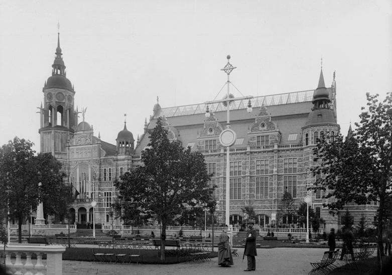 Svartvit bild av den del av museet som var färdig 1897. I förgrunden en man och en kvinna.