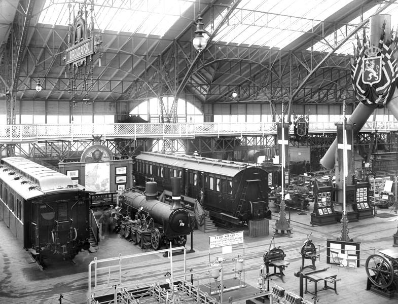 Interiör från maskinhallen med lokomotiv och andra maskiner.