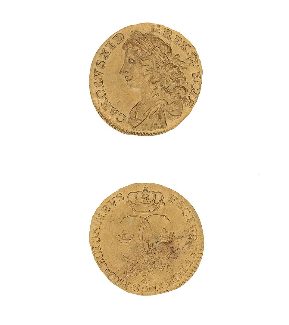 Guldmynt. Båda sidorna visas. På ena sidan ett ansikte och text som säger att det är Karl XI. På andra sidan kungens monogram.