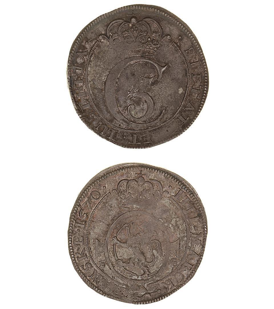 Silvermynt som har blivit ganska svart. På ena sidan ett C med en femma i och en krona över. På andra sidan ett lejon.