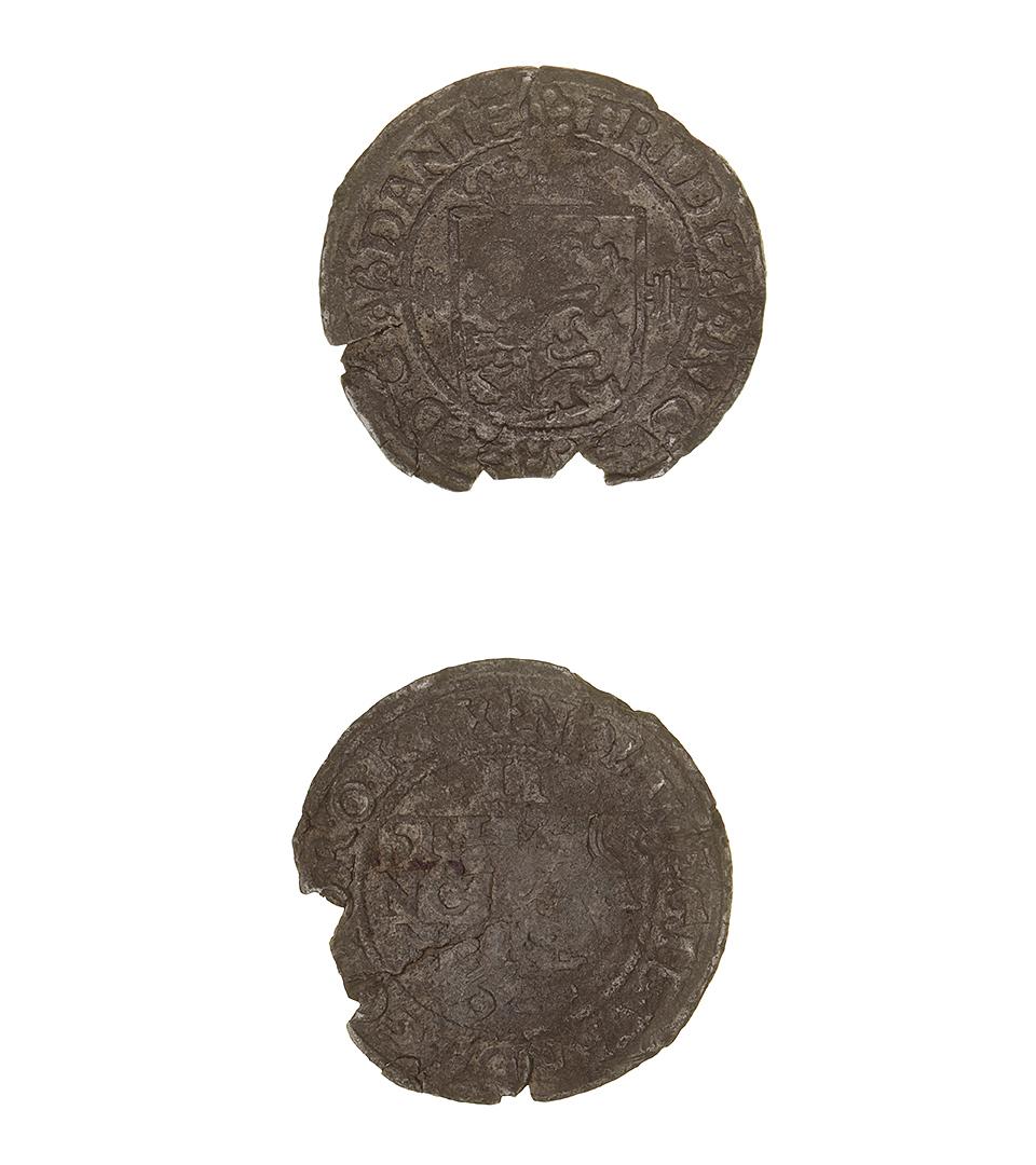 Ett gammalt mynt med naggade kanter.