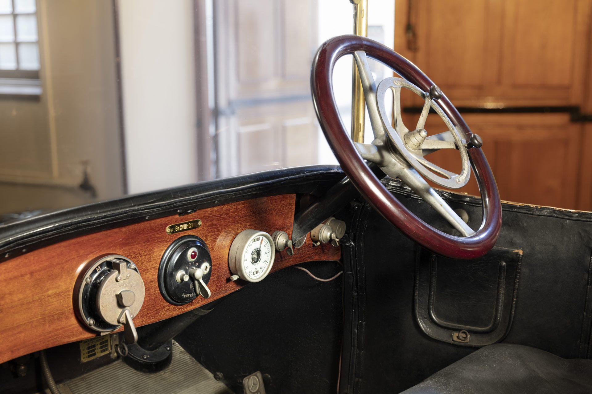En interiör från förarsätet på en gammal bil.