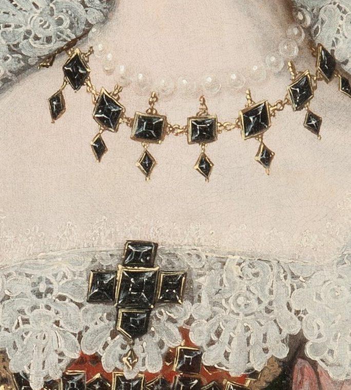 Detalj som visar halsbandet och bröstsmycket.