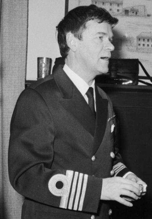 En man i uniform.