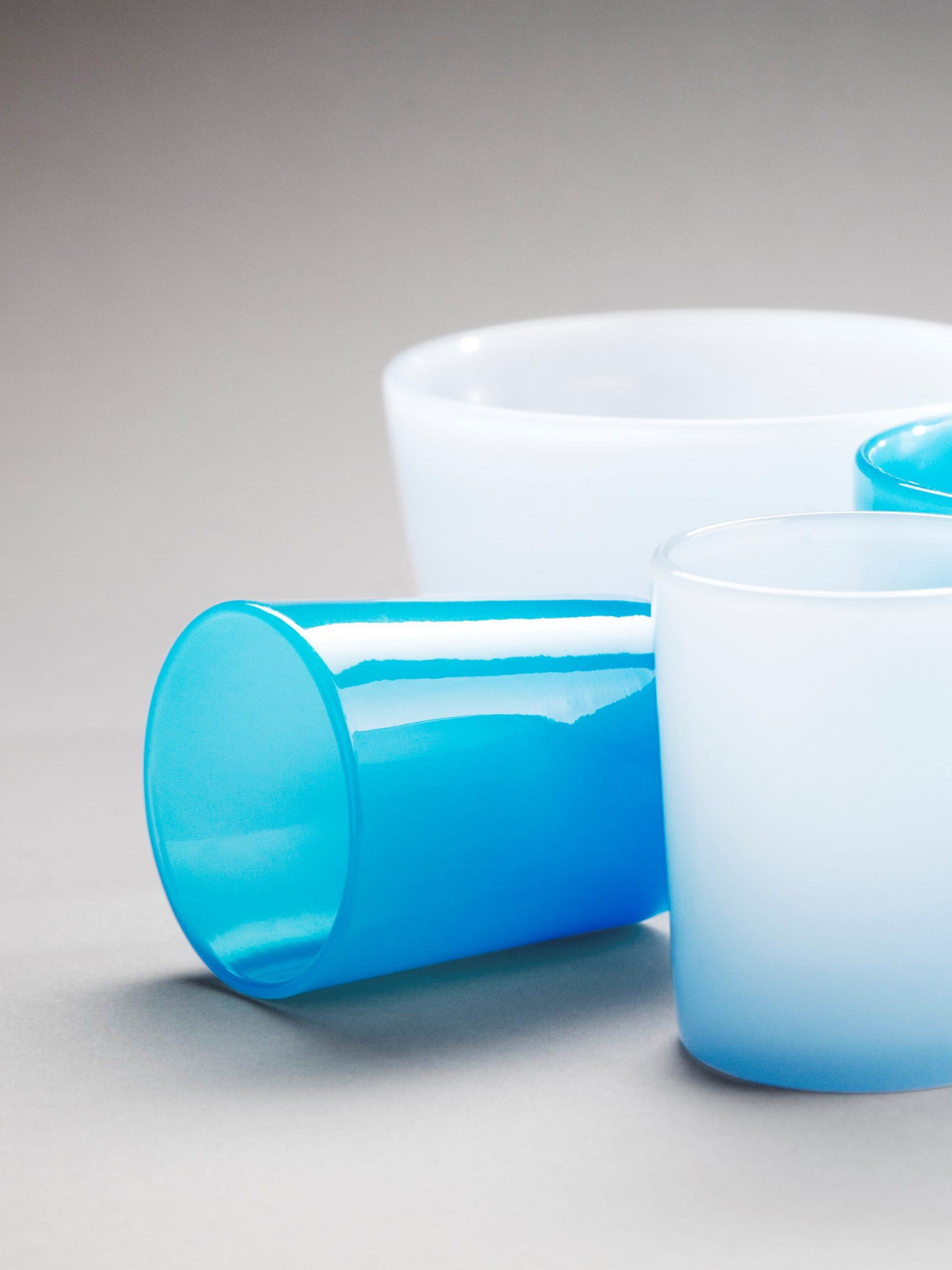 Bägare av blått och vitt glas.