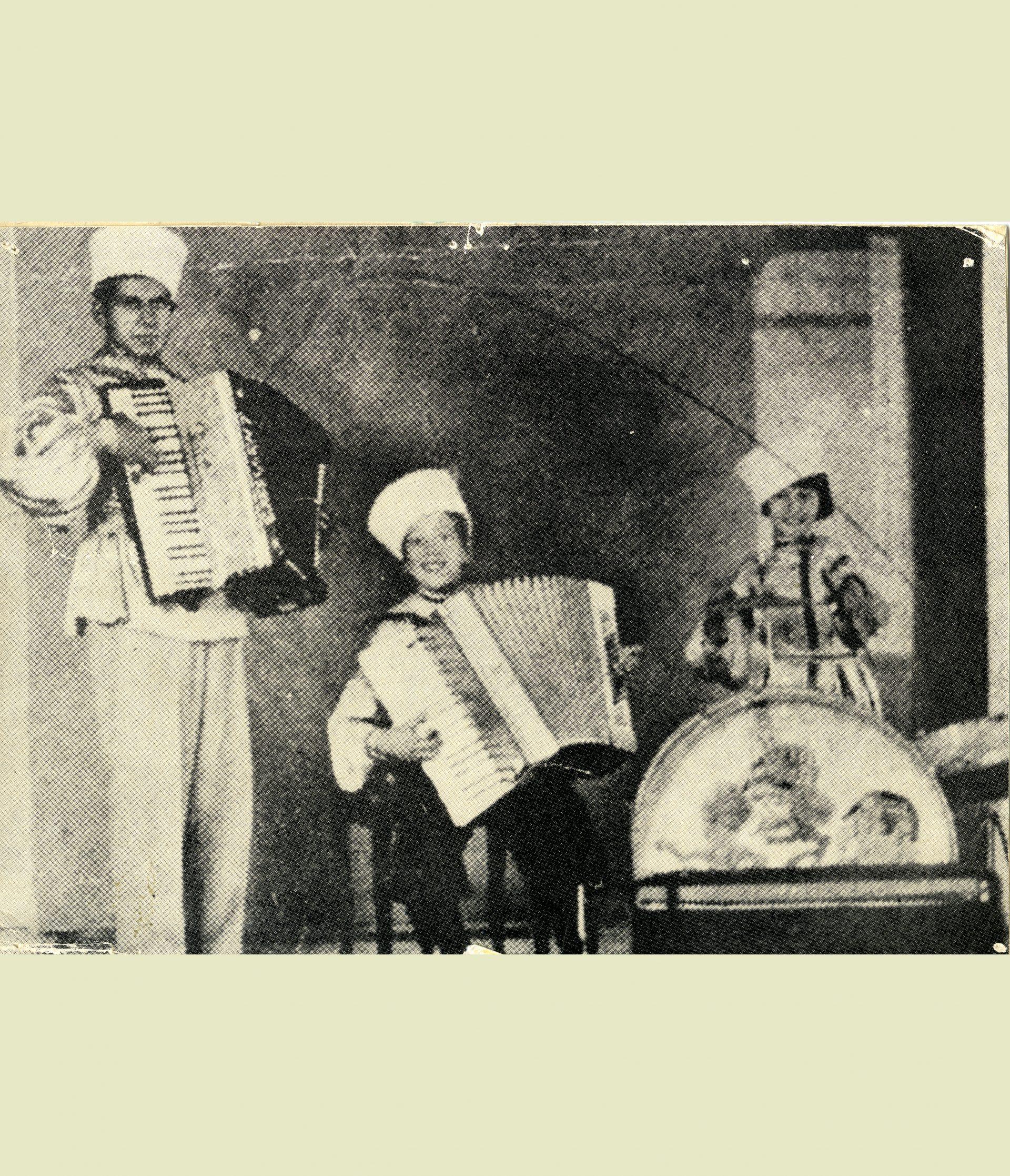 En man och två barn som spelar musik.