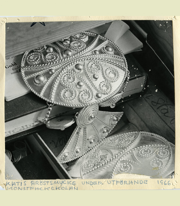 Ett svartvitt foto av silversmycken.