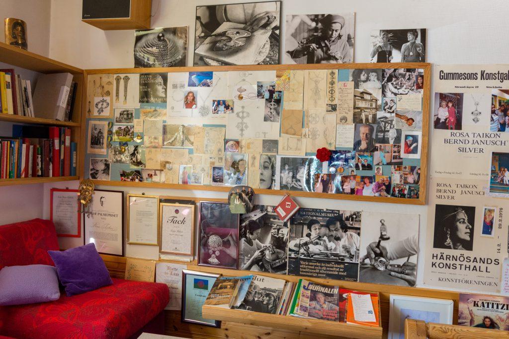 En vägg med en anslagstavla och en stor mängd foton, papper och tidningsurklipp.