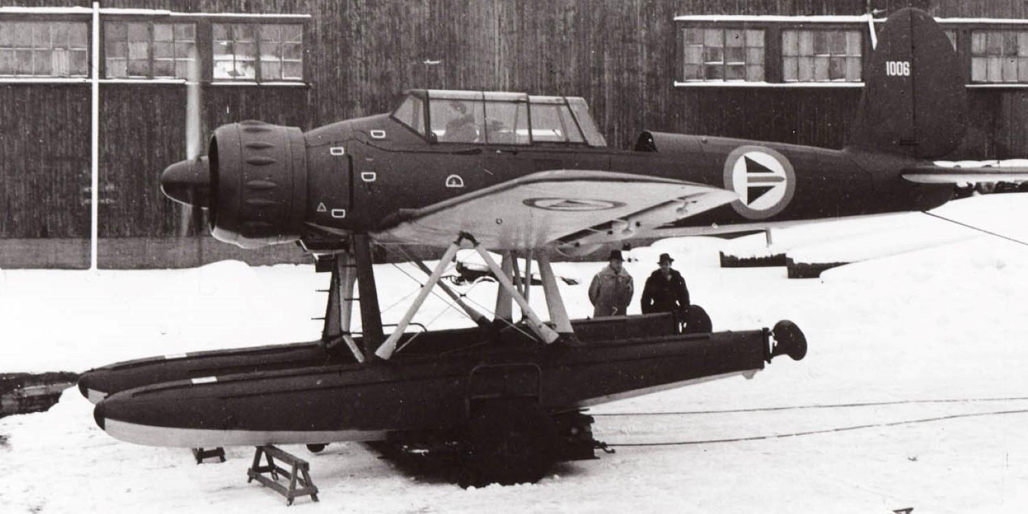 Ett foto av ett flygplan med pontoner.